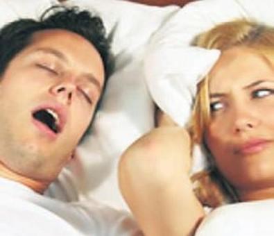 che pericoli nasconde il russamento, sindrome da apnea nel sonno
